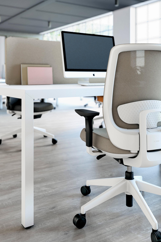 bezova kancelarska stolicka trim s kancelarskym stolom prisma