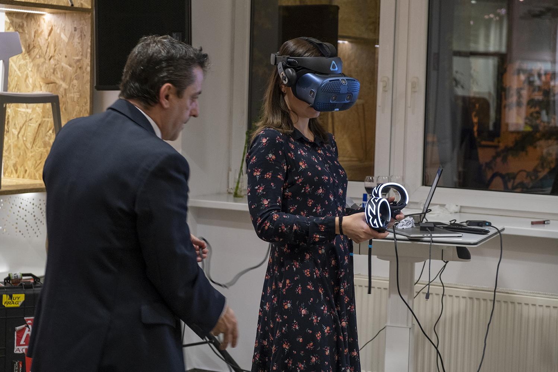 virtualna realita v pcone predstavuje interier a zariadenu kancelariu