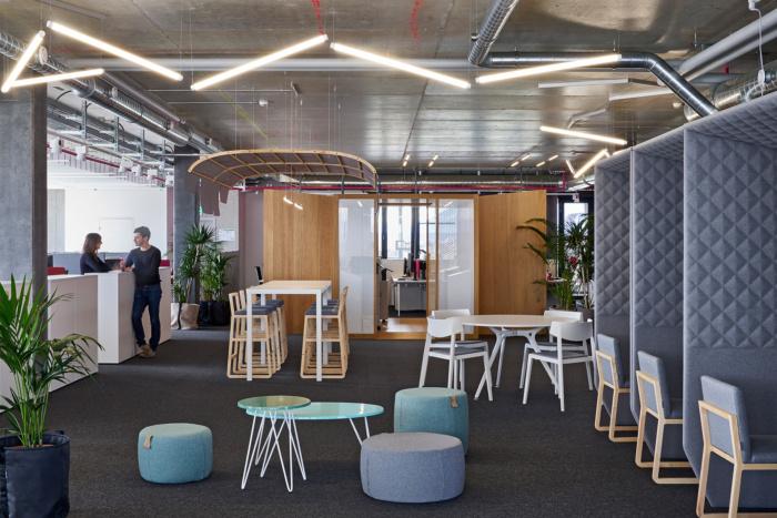 sivy otvoreny lounge pre formalne aj neformalne stretavanie v kancelariach