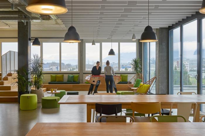 kuchynka a relax zona v kancelarii v zelenej farbe so stolnym futbalom