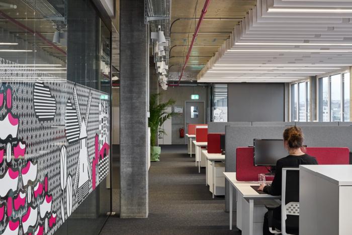 sivo ruzovy nabytok v kancelarii zariadenym nabytkom actiu