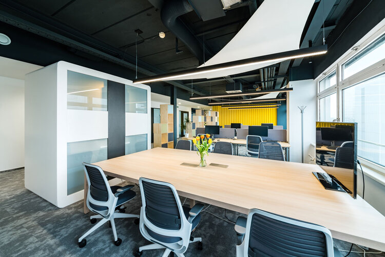 Rokovaci stol s pracovnymi stolickami v modernych priestoroch v Brtaislave