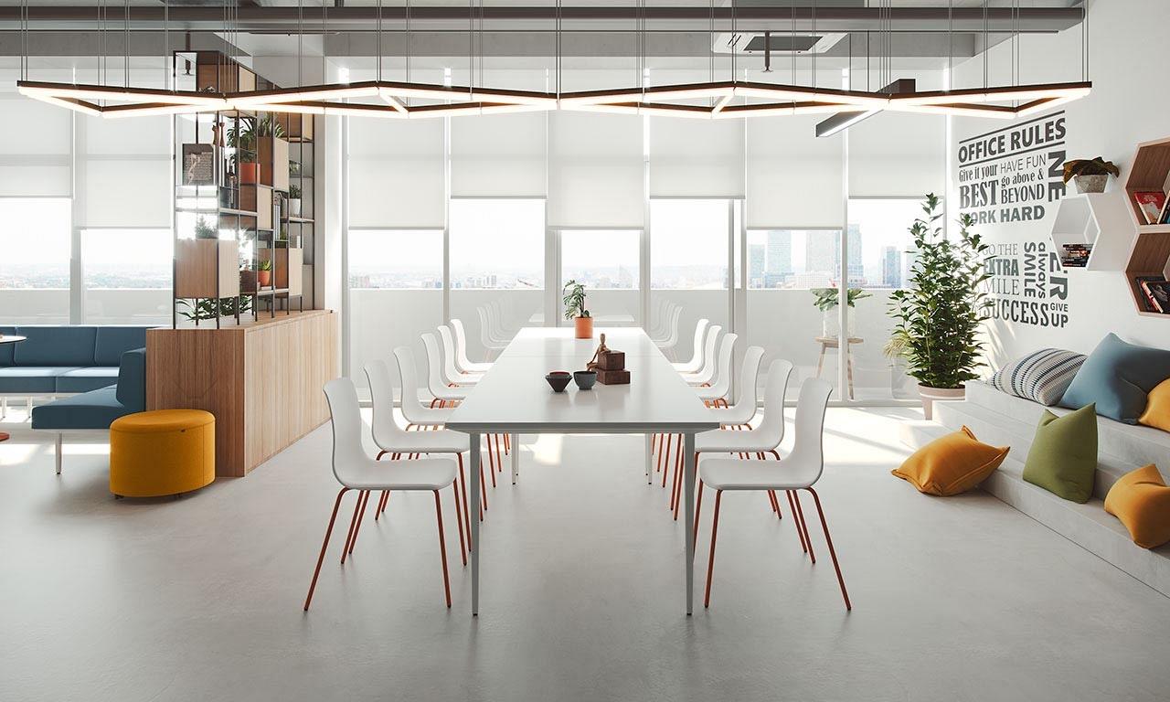 Biele stolicky z plastu NOOM 50 od Actiu pri drevenom podiu v kuchynke