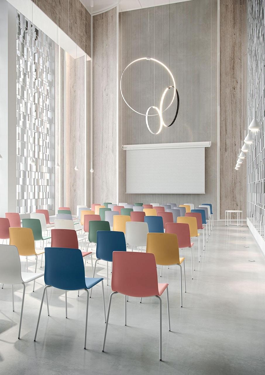 Farebne stolicky Noom 50 od Actiu v bielej modernej konferencnej miestnosti s vysokym stropom