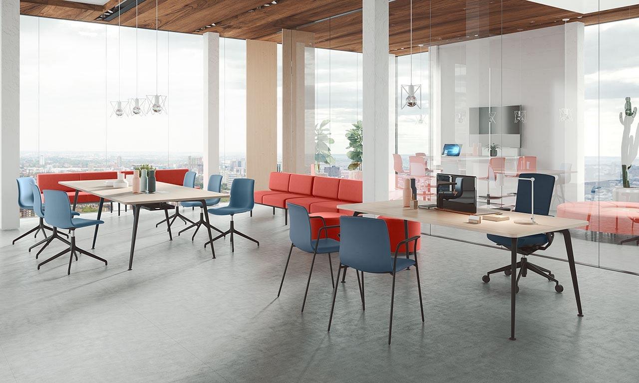 Rokovacie moderné stoličky Noom 50 od Actiu v modernej kancelárii