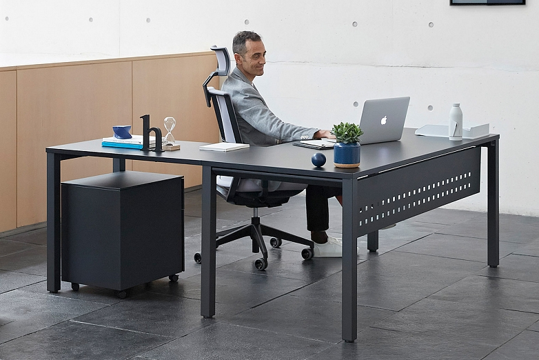 doma-kancelaria-v-ciernej-farbe-s-kancelarskou-stolickou-actiu-stol-vital