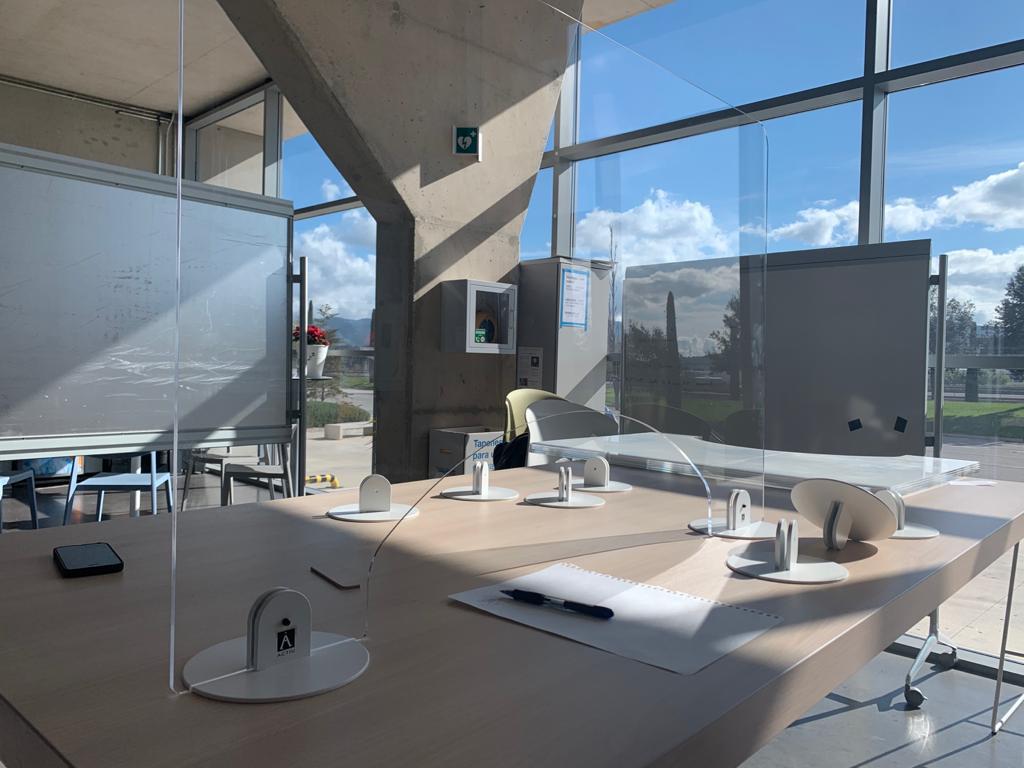 transparentny a elegantny panel proti korona virusu v kancelarii