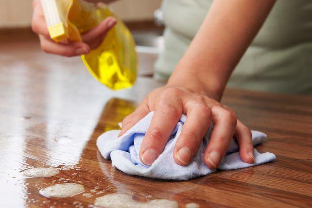 utieranie povrchu stola pre bezpecne pracovisko