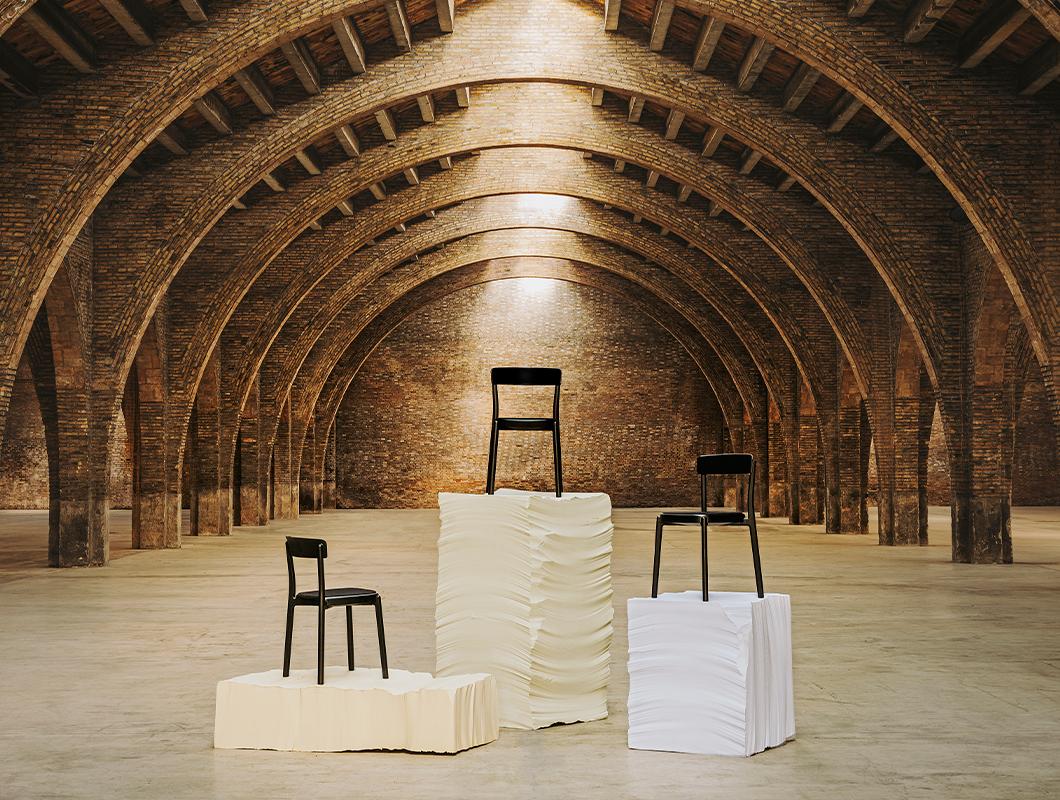 tradicne dizajnove stolicky noa na vystavnych podiach zo spanielska