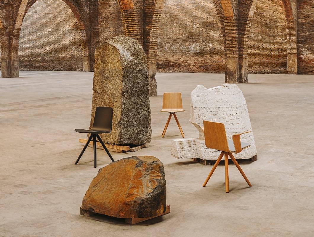 stolicky lottus wood pri kamenoch v historickej budove