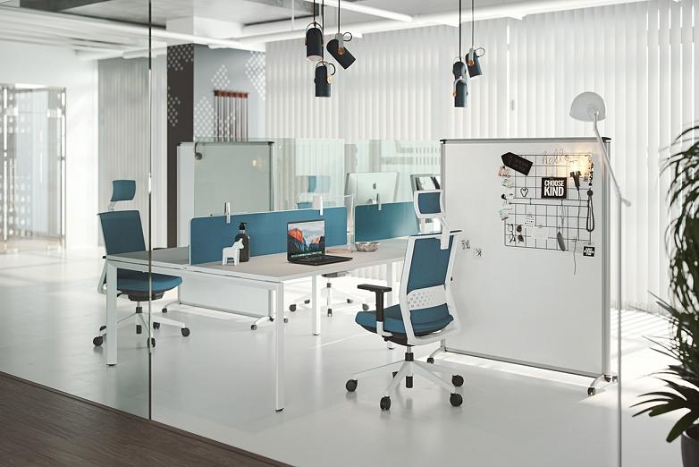 ochranné panely oddeluju zamestnancov v kancelarii