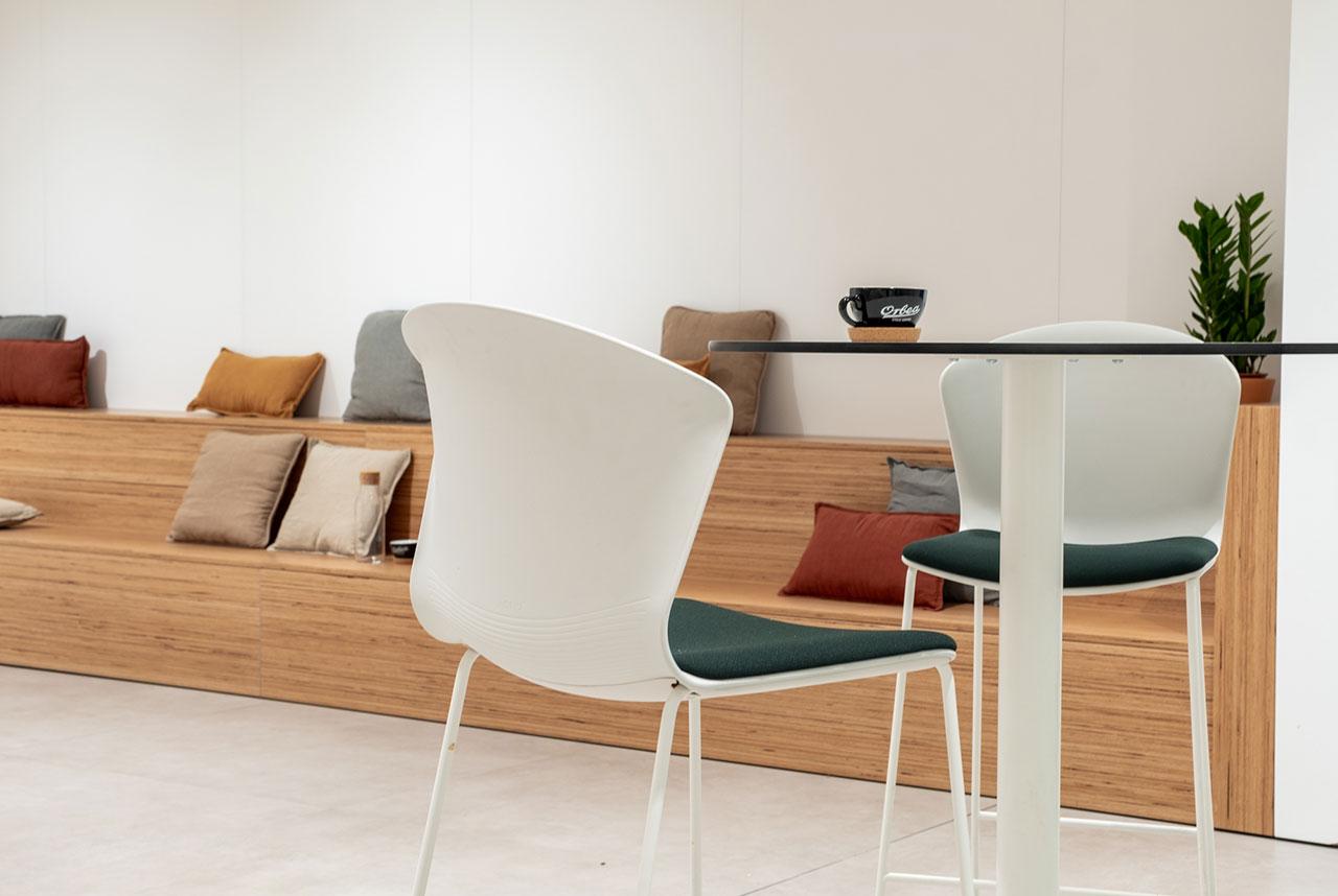 plastove stolicky whass od actiu v priestoroch relax zony a kuchynky s drevenym podiom na sedenie