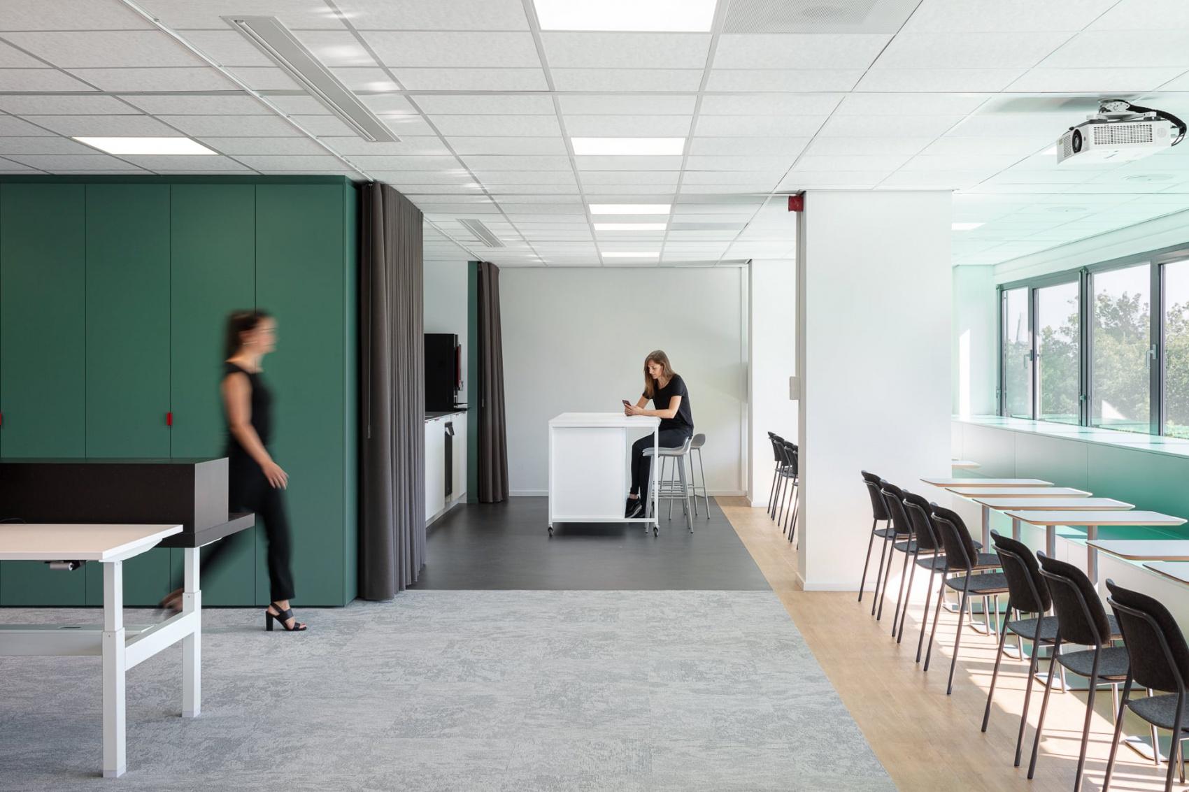 minimalisticky interier coworkingu so stolickami hale od devormu