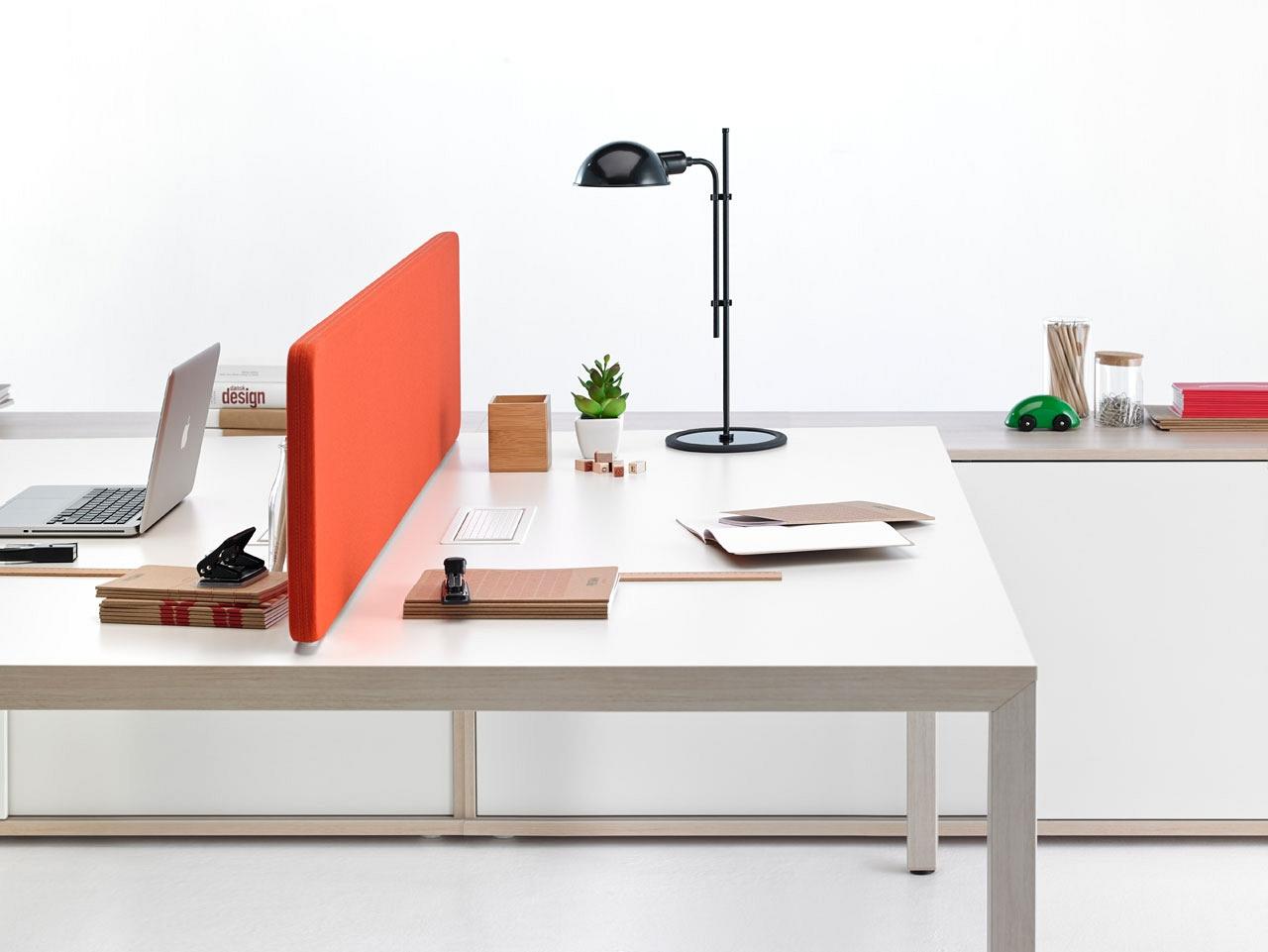dizajnovy pracovny stol s pisacimi potrebami
