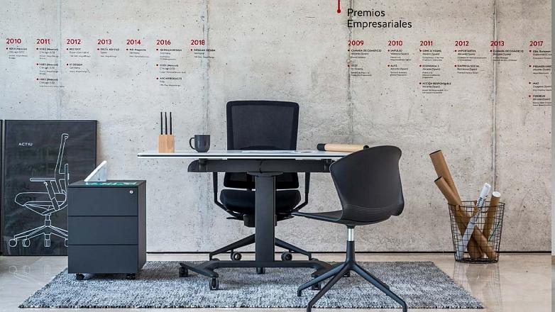 kancelaria a home office v jednoducho style v sivej a ciernej s kvalitnym nabytkom actiu
