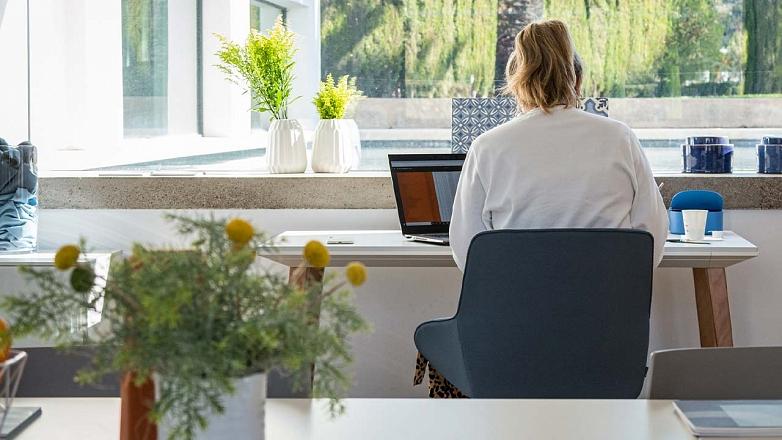 pracujuca zena v kancelarii